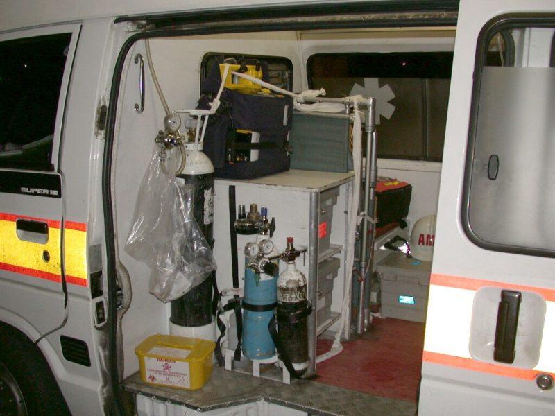 Kleiner Rettungswagen (Einsatzambulanz) mit Blick auf Sauerstoff- und Entonox-Flaschen