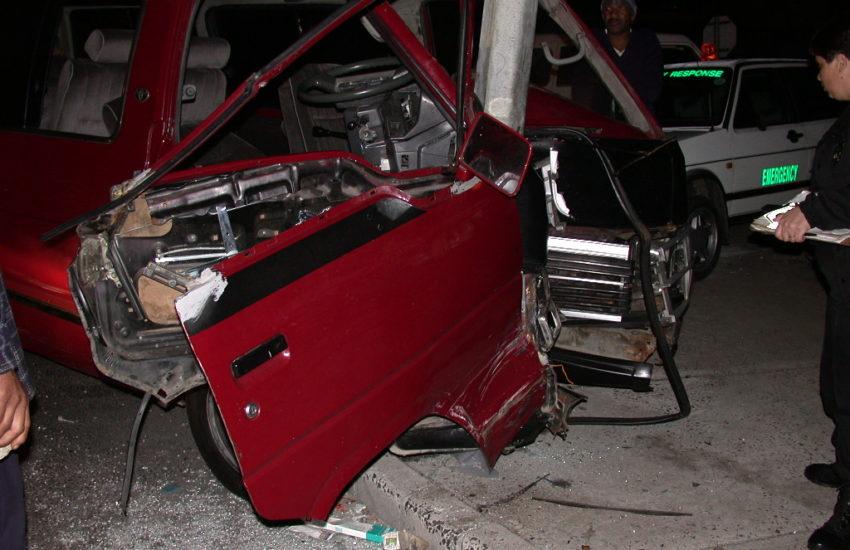 Auto in Kandelaber von der Seite