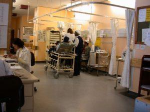 Patient auf Liege in der Notfallsation