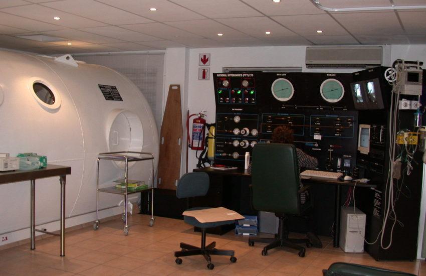 Überdruck-Kammer mit Kontrollkonsole